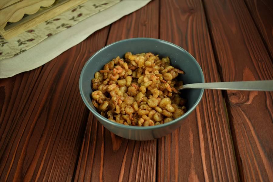 Приготовление салата с креветками, черри, яйцом шаг 2