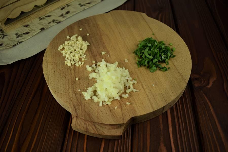 Приготовление салата с креветками, черри, яйцом шаг 4