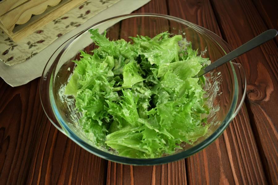 Приготовление салата с креветками, черри, яйцом шаг 8