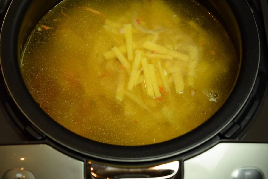 Приготовление супа с копченостями и зеленым горошком шаг 10