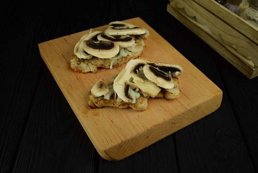 Приготовление свиной корейки с грибами и дижонской горчицей шаг 5