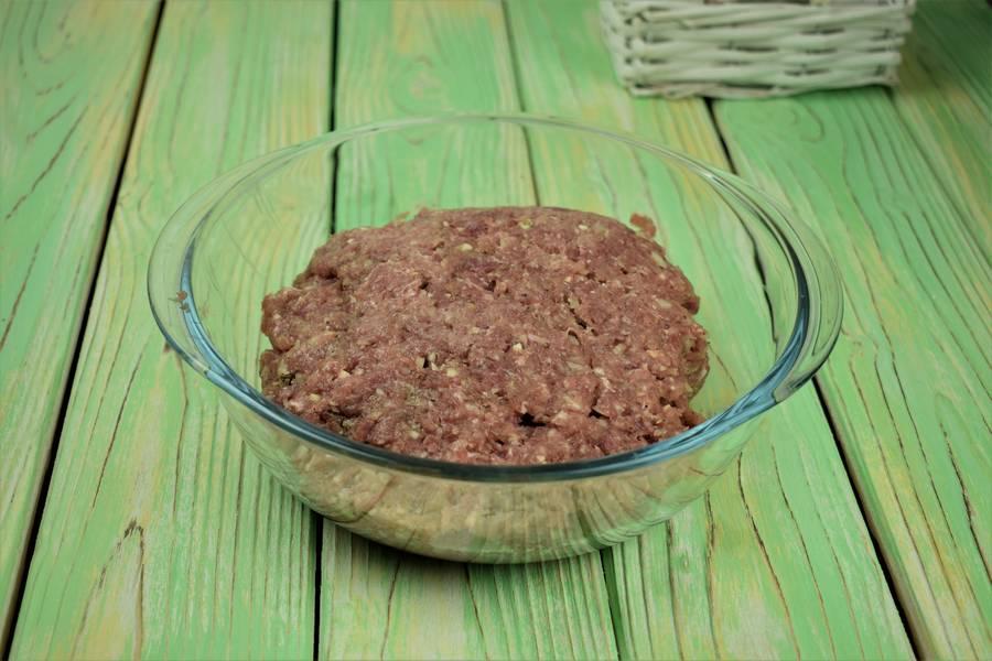 Приготовление свиных котлет, запеченных под сыром в духовке шаг 2
