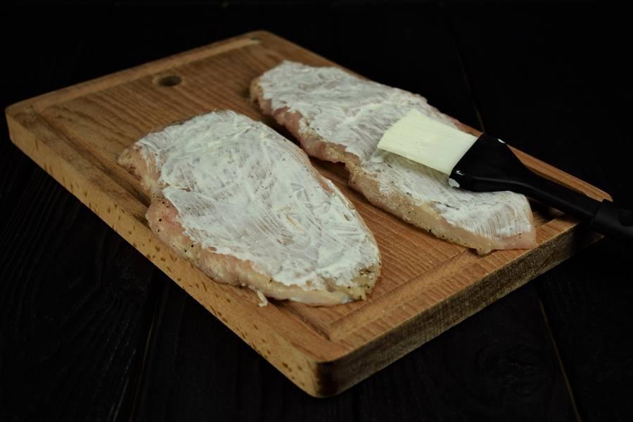Приготовление запеченной под сыром куриной грудки с грибами шаг 2