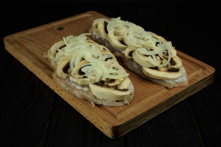 Приготовление запеченной под сыром куриной грудки с грибами шаг 4