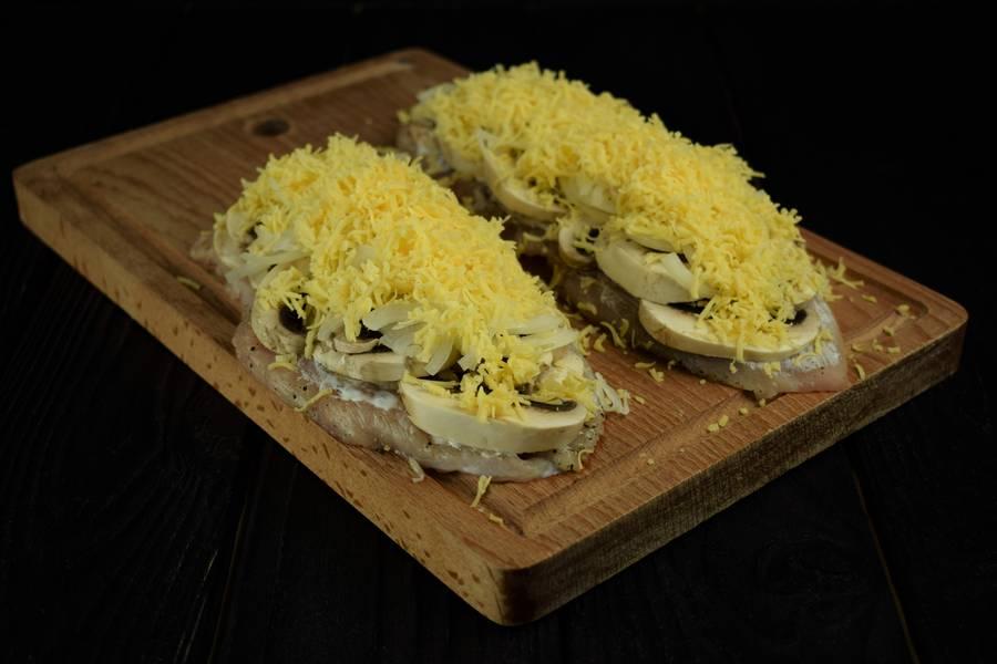 Приготовление запеченной под сыром куриной грудки с грибами шаг 5