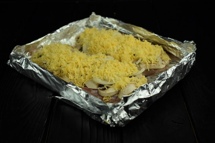 Приготовление запеченной под сыром куриной грудки с грибами шаг 6