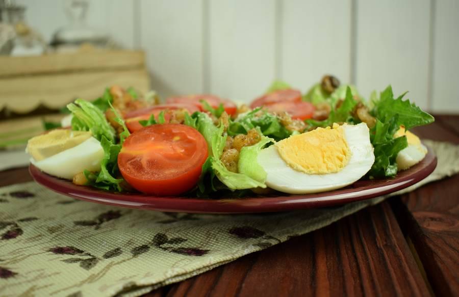 Салат с креветками, черри, грибами, яйцом