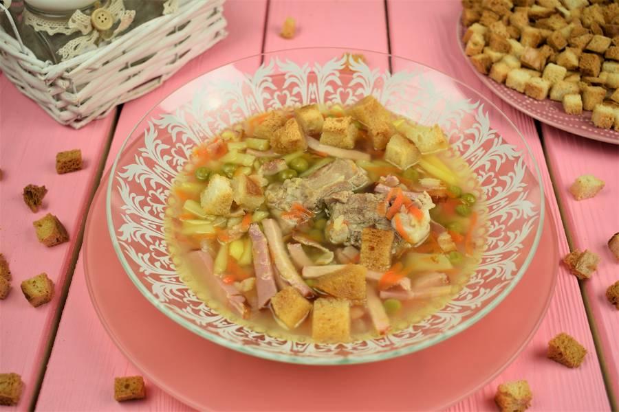 Суп с копченостями и зеленым горошком