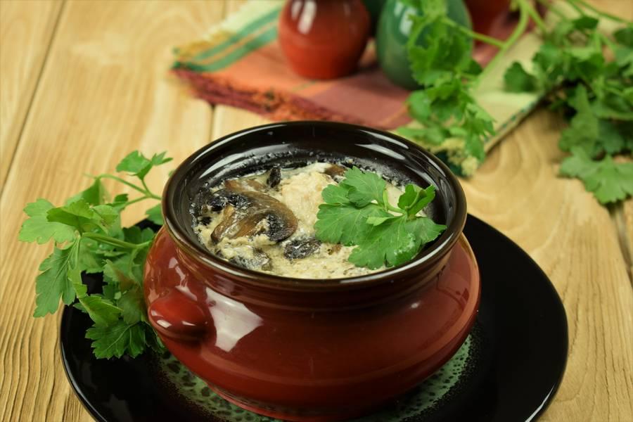 Курица с грибами, приготовленная в сливках