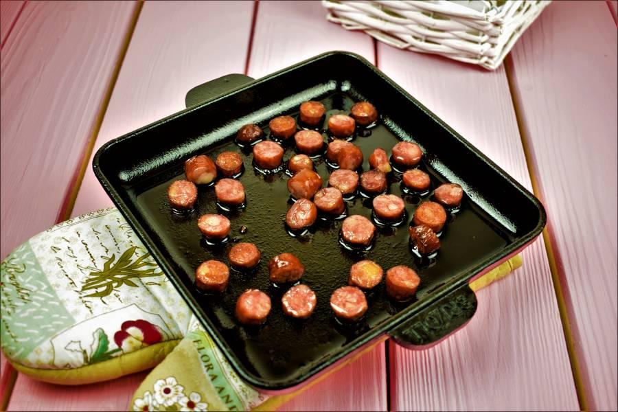 Приготовление картофельных маффинов с охотничьими колбасками шаг 3