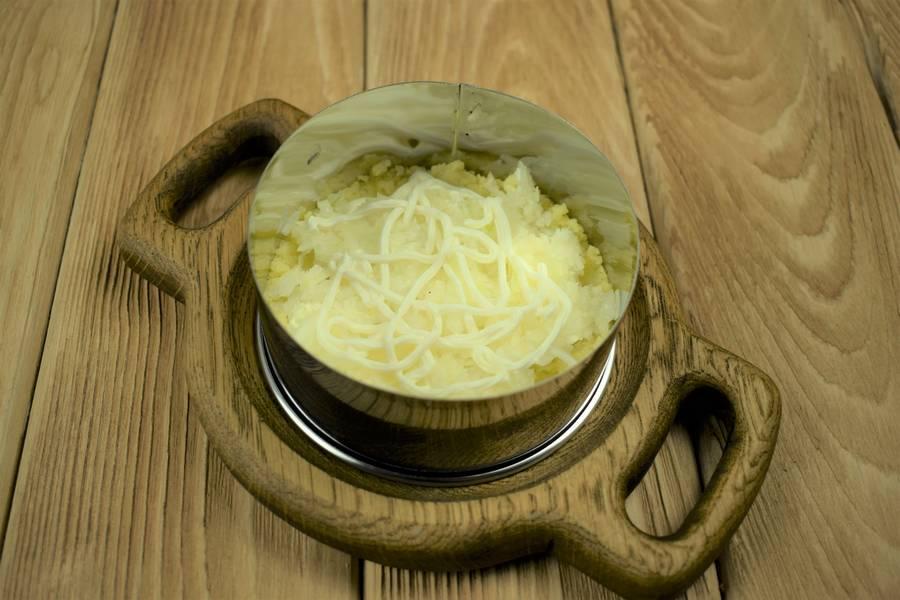 Приготовление слоеного мясного салата с солеными огурцами шаг 4