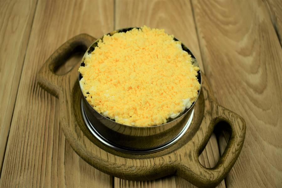 Приготовление слоеного мясного салата с солеными огурцами шаг 8
