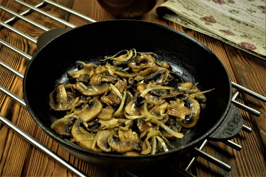 Приготовление свиной поджарки с грибами в сметанном соусе шаг 4