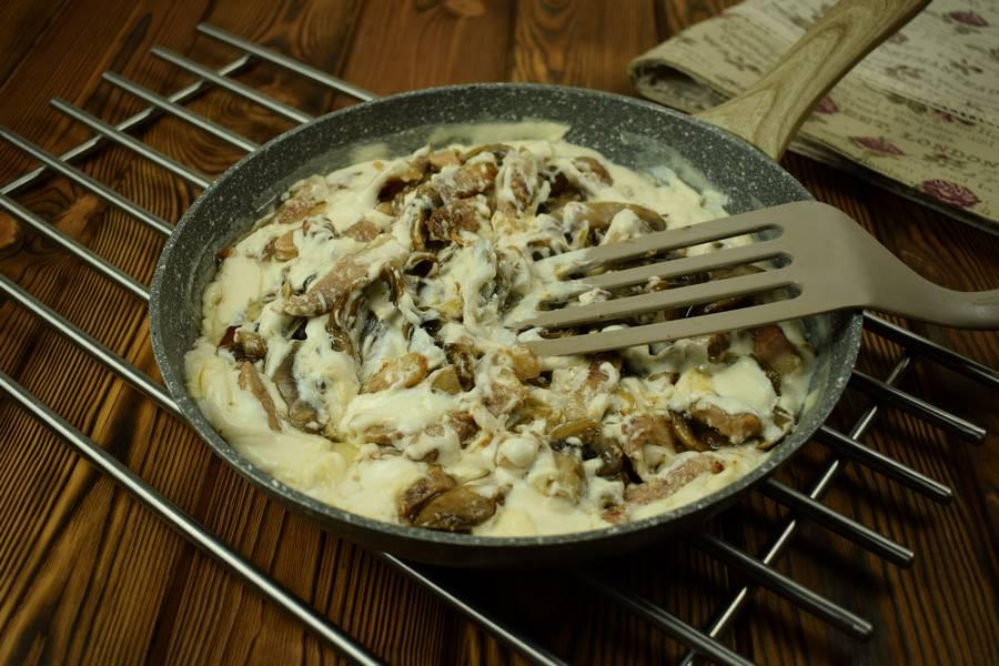 Приготовление свиной поджарки с грибами в сметанном соусе шаг 8