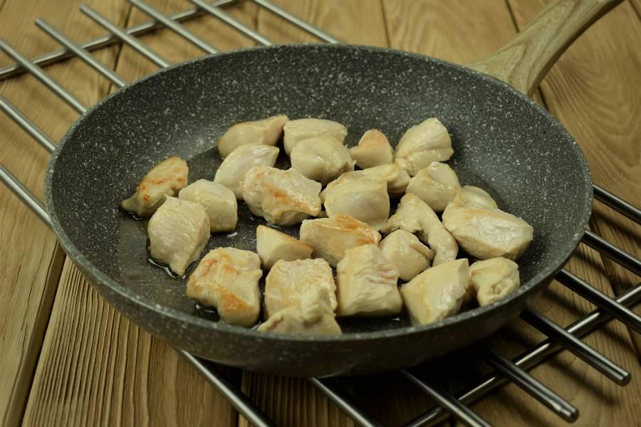 Приготовление в сливках куриной грудки с грибами шаг 4