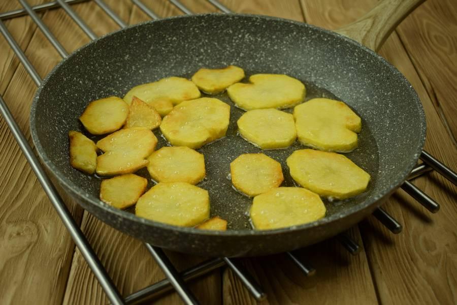 Приготовление в сметанном соусе жаркого из курицы с картошкой шаг 3
