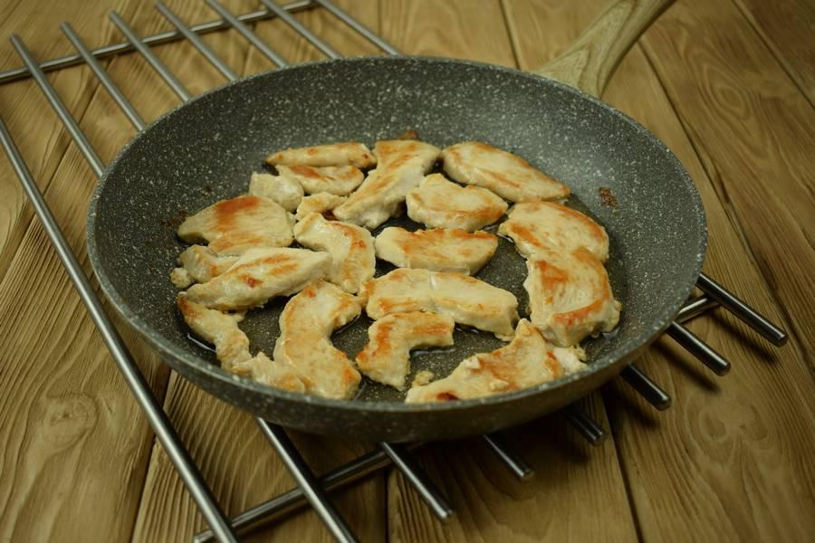 Приготовление в сметанном соусе жаркого из курицы с картошкой шаг 4