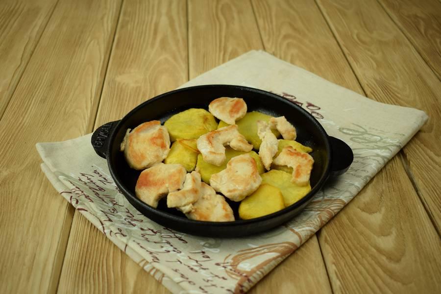 Приготовление в сметанном соусе жаркого из курицы с картошкой шаг 7