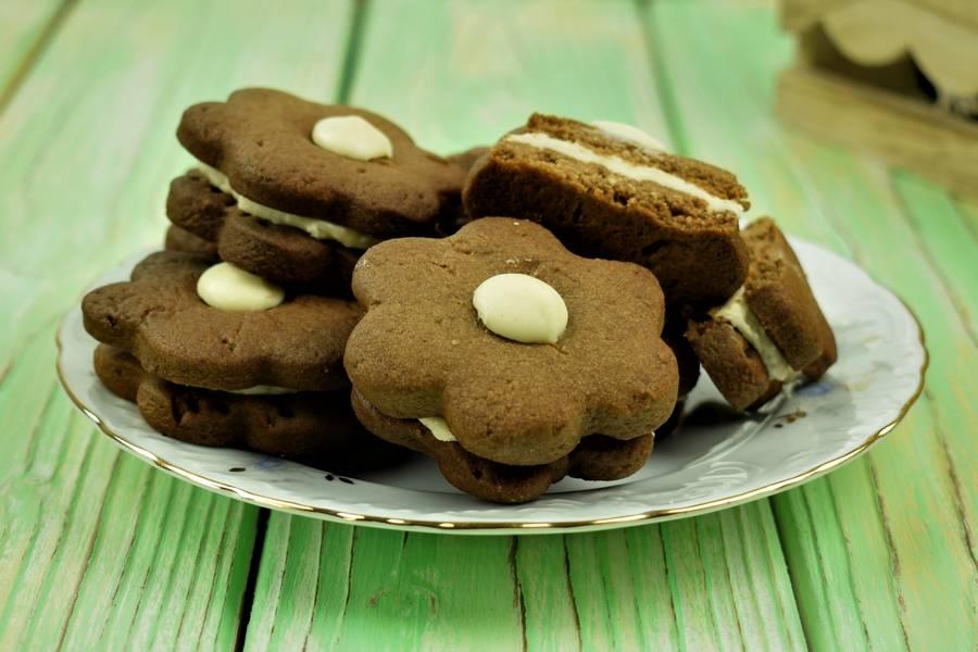 Шоколадное песочное печенье с кокосово-арахисовым кремом
