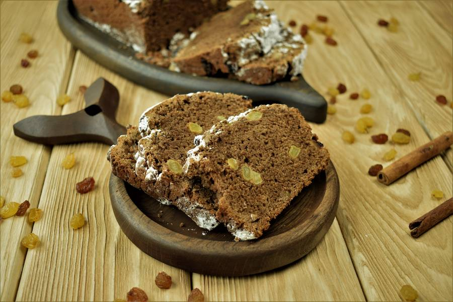 Шоколадный кекс с корицей и изюмом