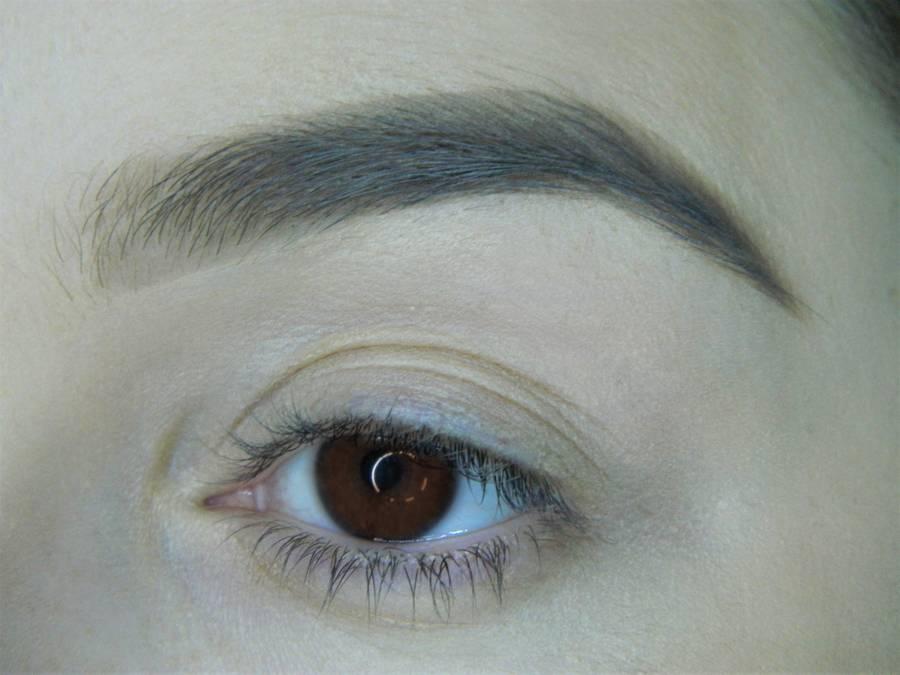 Выполнение холодного макияжа с синей стрелкой для карих глаз шаг 1