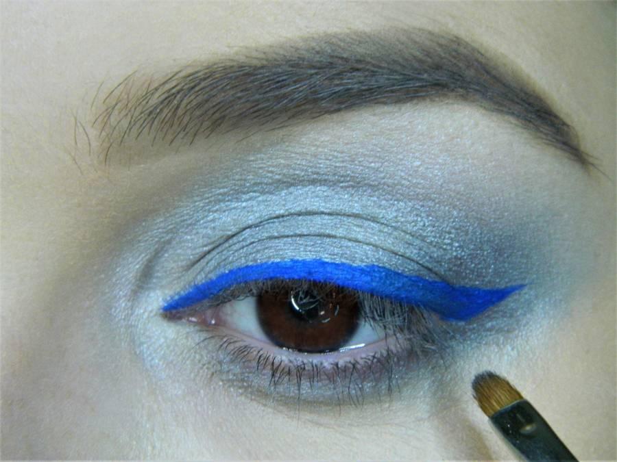 Выполнение холодного макияжа с синей стрелкой для карих глаз шаг 10