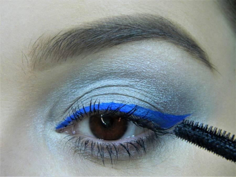 Выполнение холодного макияжа с синей стрелкой для карих глаз шаг 11