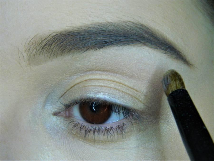 Выполнение холодного макияжа с синей стрелкой для карих глаз шаг 2
