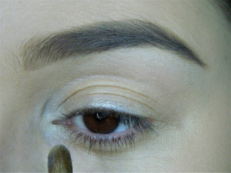 Выполнение холодного макияжа с синей стрелкой для карих глаз шаг 3