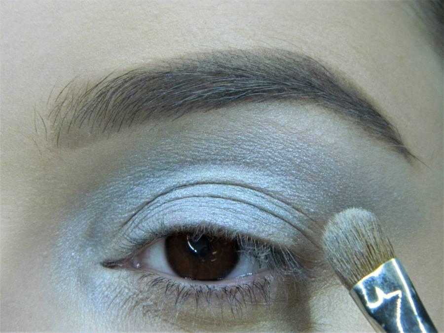 Выполнение холодного макияжа с синей стрелкой для карих глаз шаг 4