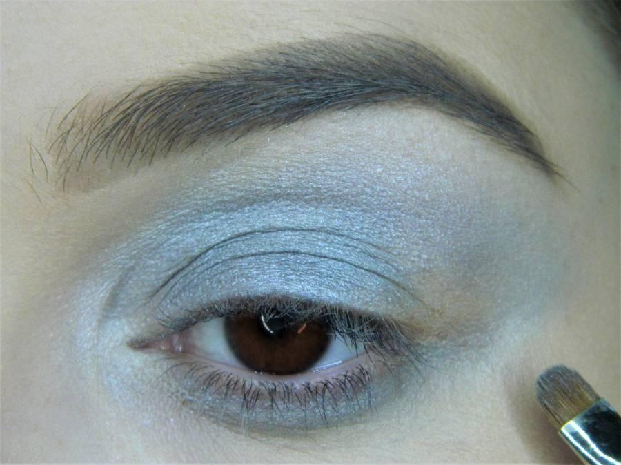 Выполнение холодного макияжа с синей стрелкой для карих глаз шаг 5