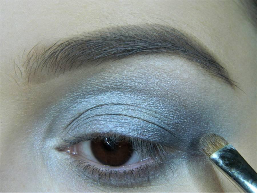 Выполнение холодного макияжа с синей стрелкой для карих глаз шаг 6