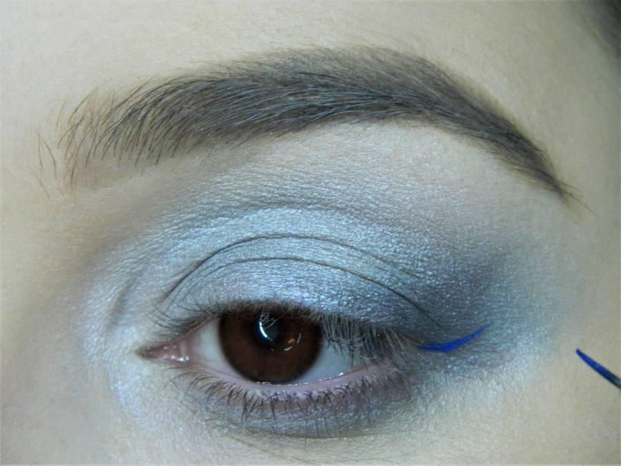Выполнение холодного макияжа с синей стрелкой для карих глаз шаг 7