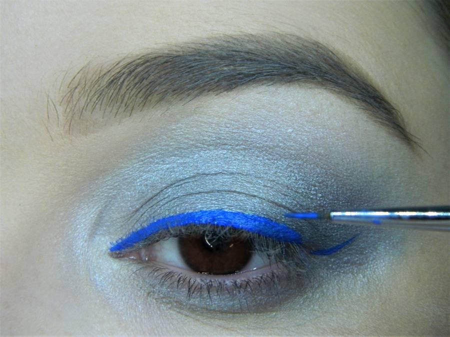 Выполнение холодного макияжа с синей стрелкой для карих глаз шаг 8