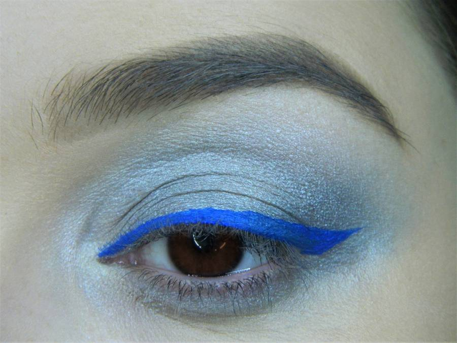 Выполнение холодного макияжа с синей стрелкой для карих глаз шаг 9