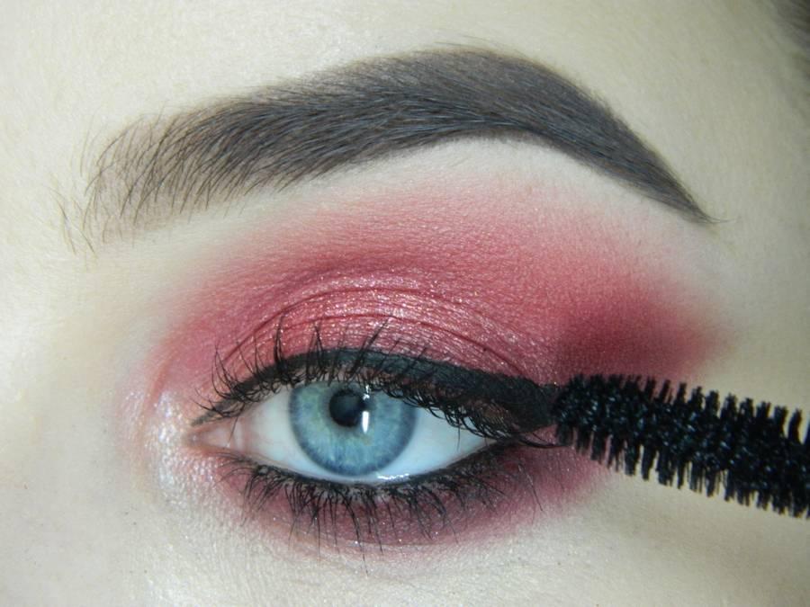 Выполнение макияжа в сливово-красных тонах шаг 13