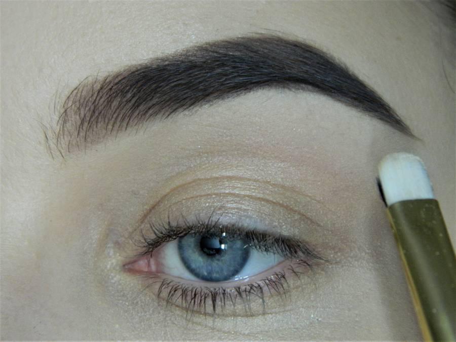 Выполнение макияжа в сливово-красных тонах шаг 2