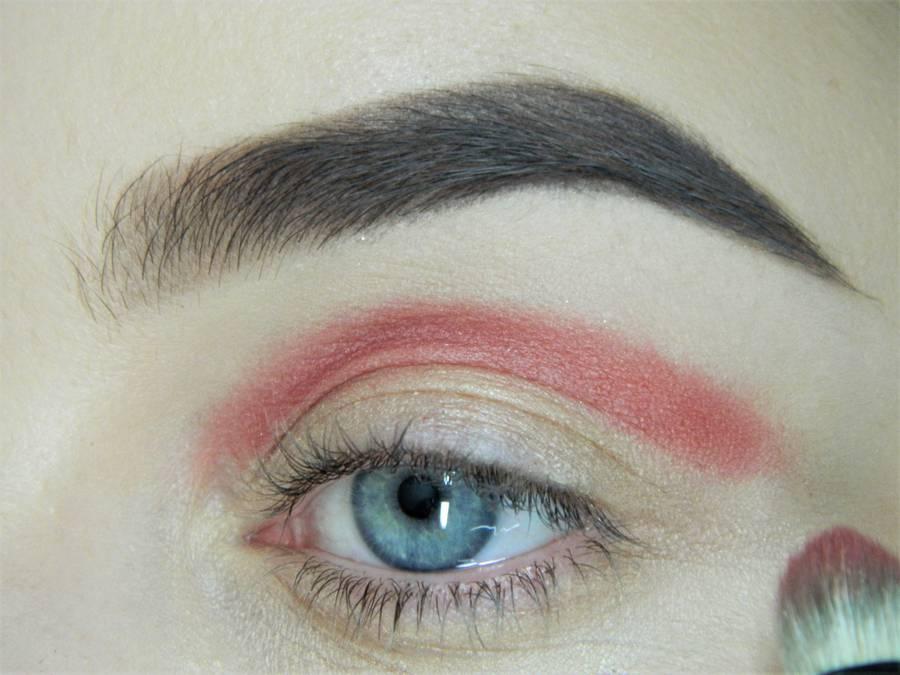 Выполнение макияжа в сливово-красных тонах шаг 3