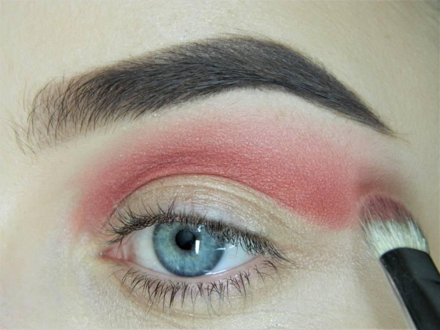 Выполнение макияжа в сливово-красных тонах шаг 4