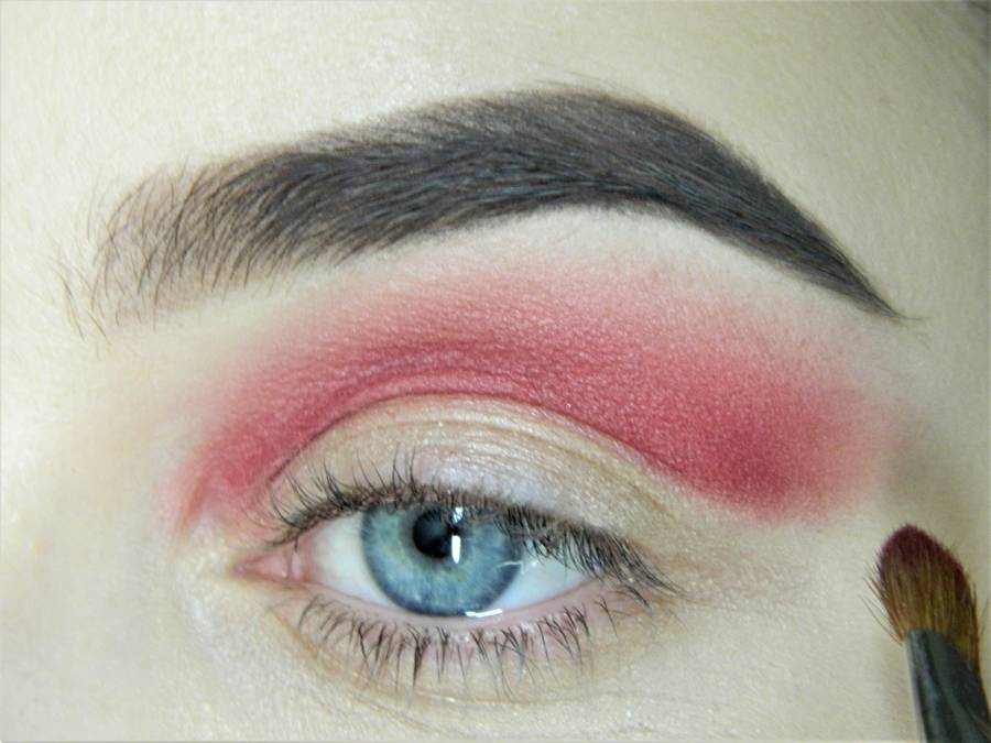 Выполнение макияжа в сливово-красных тонах шаг 5