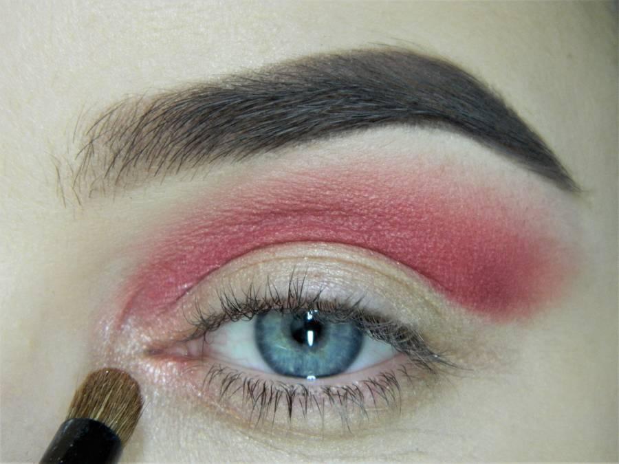 Выполнение макияжа в сливово-красных тонах шаг 6