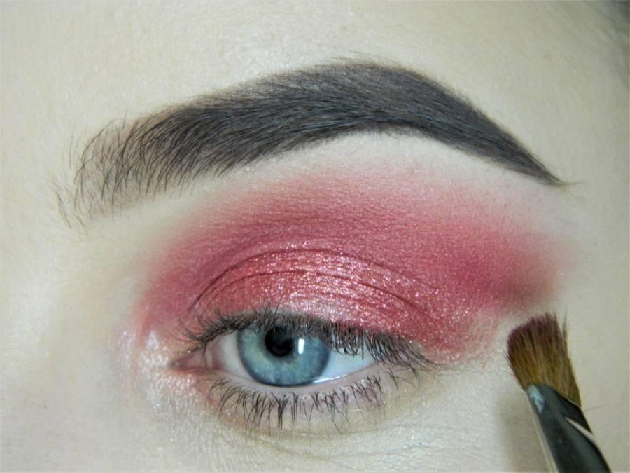 Выполнение макияжа в сливово-красных тонах шаг 7