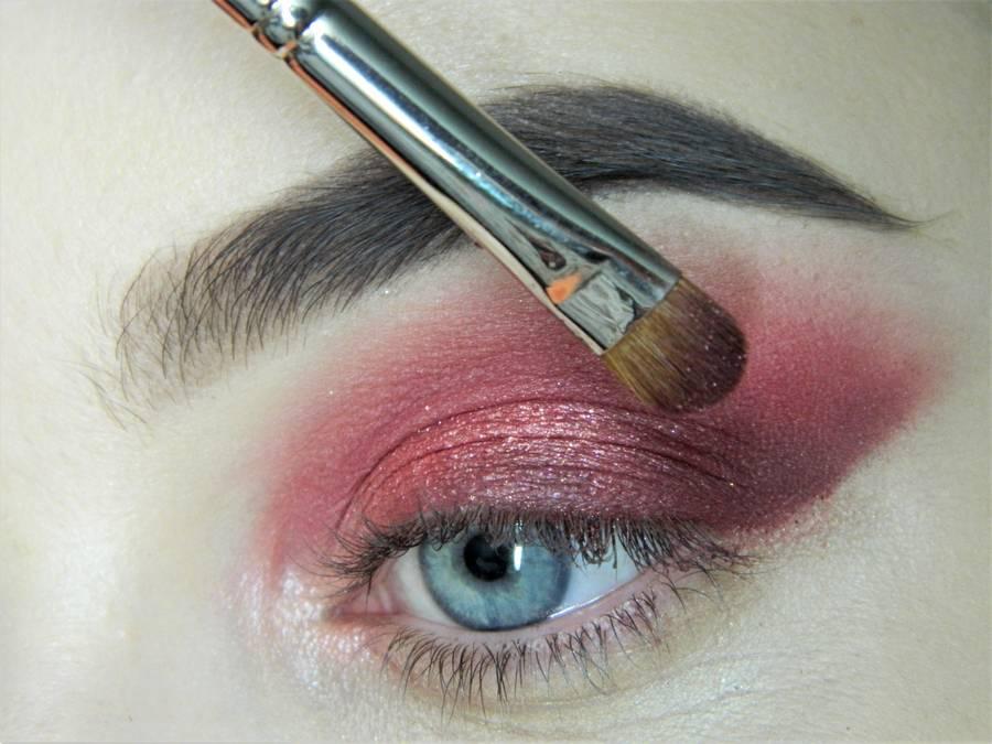 Выполнение макияжа в сливово-красных тонах шаг 8