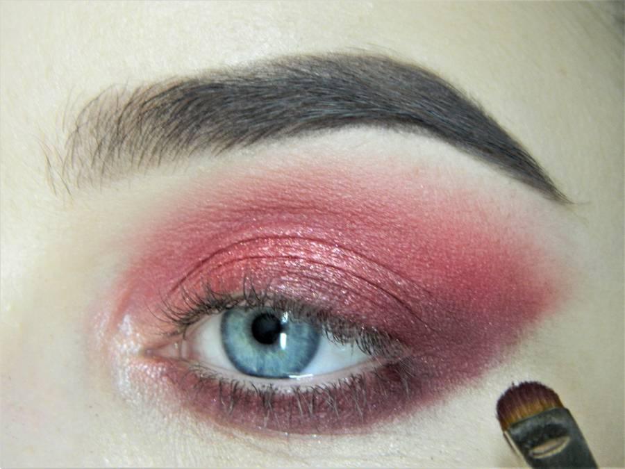 Выполнение макияжа в сливово-красных тонах шаг 9