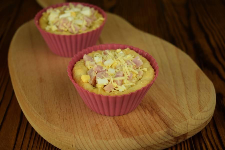 Приготовление корзинок с ветчиной, яйцом и сыром шаг 5