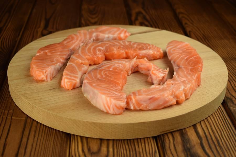 Приготовление лосося с картофелем, в сливочном соусе шаг 1