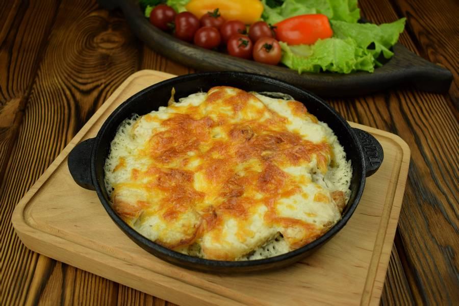 Жаркое из лосося с картофелем, в сливочном соусе, под сыром