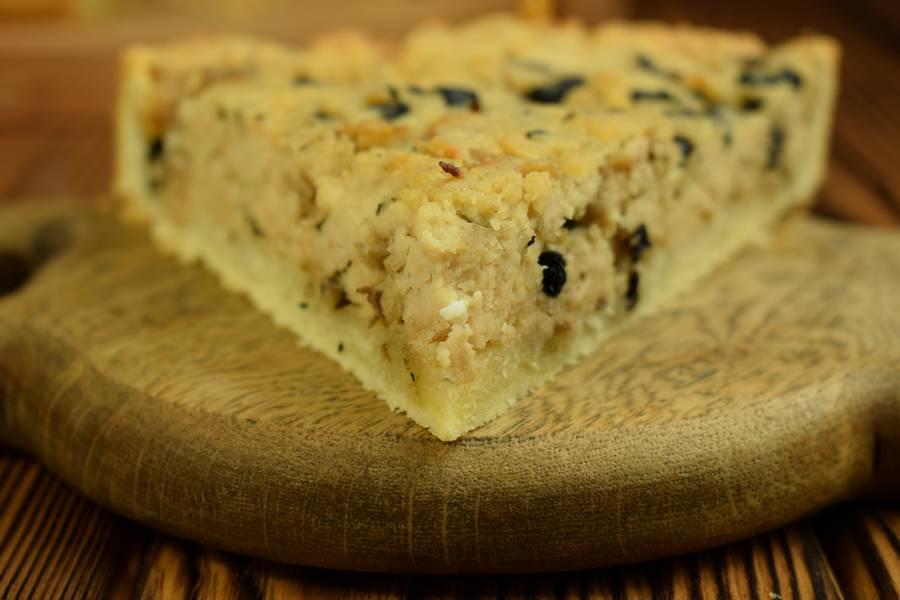 Песочный открытый пирог с курицей и грибами