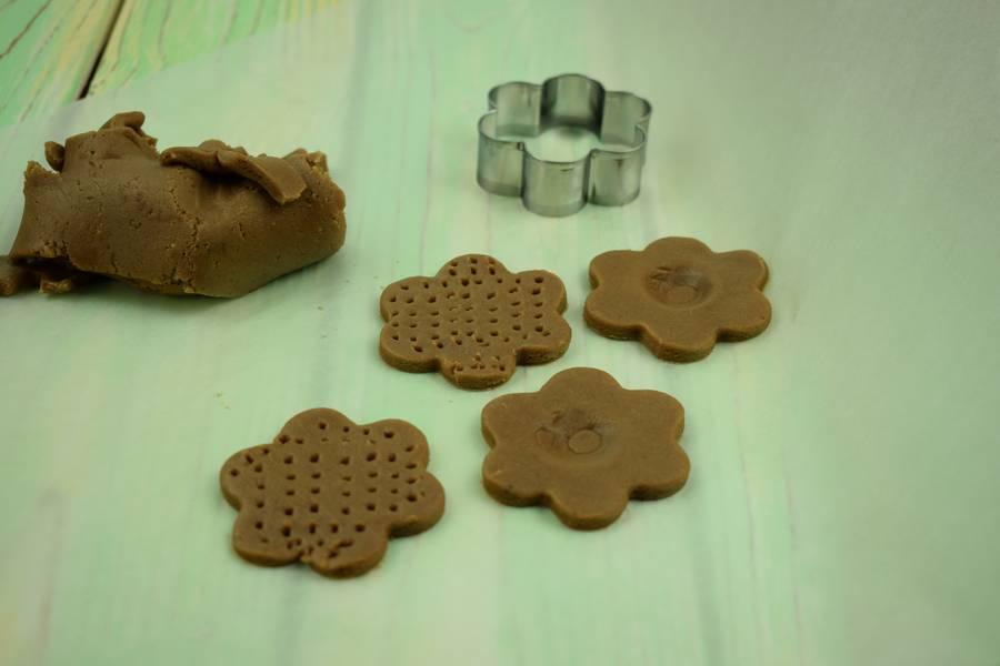 Приготовление шоколадного печенья с кокосово-арахисовым кремом шаг 4