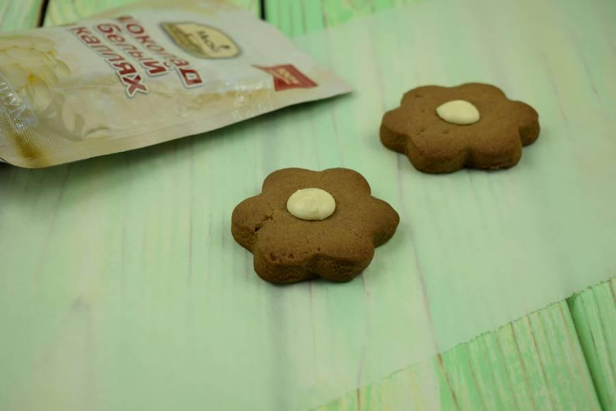 Приготовление шоколадного печенья с кокосово-арахисовым кремом шаг 5